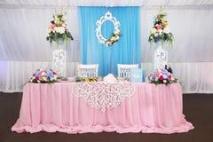 两的婚礼桌 在restaurnt的装饰 室内 免版税库存照片