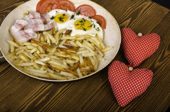 两的早餐在情人节 有膳食的煎锅和 免版税库存照片