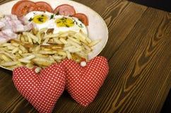 两的早餐在情人节 有膳食的煎锅和 免版税图库摄影