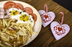 两的早餐在情人节 有膳食的煎锅和 免版税库存图片