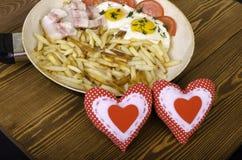 两的早餐在情人节 有膳食的煎锅和 图库摄影