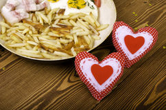 两的早餐在情人节 有膳食的煎锅和 库存照片