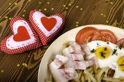 两的早餐在情人节 有膳食的煎锅和 库存图片