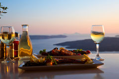 两的浪漫晚餐在日落 免版税库存图片