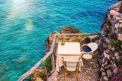 两的海边桌在意大利 免版税库存照片