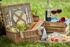 两的葡萄酒样式浪漫野餐 免版税库存照片
