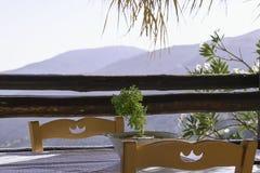 两的表在大阳台有山景 库存图片