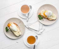 两的表,荷包蛋和茶, topshot 免版税库存照片