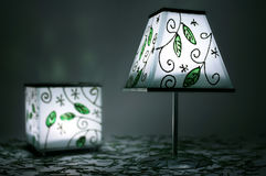 两盏绿色蜡烛灯在黑暗中 免版税库存照片