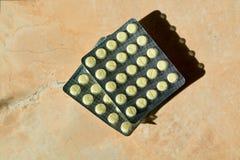 两盒片剂,药片,在大理石背景的胶囊 库存图片
