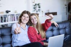两看与微笑和sho的华美的深色的妇女照相机 免版税库存图片