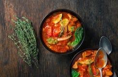 两碗与季节性菜的汤蔬菜通心粉汤 意大利fo 库存图片