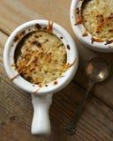 两碗在一张木桌上的法国葱汤 免版税库存照片