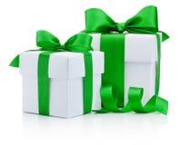 两礼物白色箱子栓了在白色隔绝的绿色丝带弓 免版税库存图片