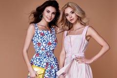 两秀丽妇女模型穿戴时髦的设计趋向衣物棉花 库存图片