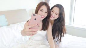两秀丽愉快妇女selfie 库存照片