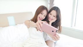两秀丽愉快妇女selfie 免版税库存照片