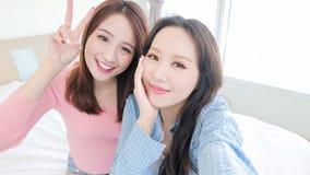 两秀丽愉快妇女selfie 免版税图库摄影