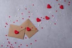 两种与多色甜冰糖心脏的工艺纸邮政信封 被射击的接近的爱消息 库存图片