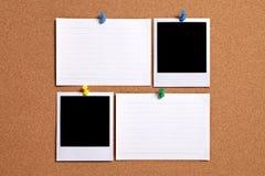 两空白的偏正片样式照片打印与索引卡片在黄柏布告牌,拷贝空间 免版税库存照片