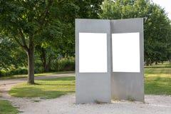 两空白的广告空间签到公园 免版税库存照片