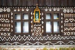 两窗口和装饰在村庄Cicmany 免版税库存照片