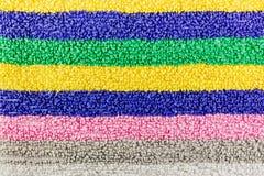 两端有绒穗之布纹理与多彩多姿的条纹的 天然纤维背景 免版税库存图片