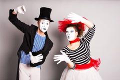 两笑剧人和妇女,愚人节概念 免版税库存照片
