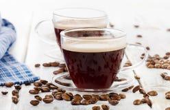 两粒咖啡杯和豆 库存照片
