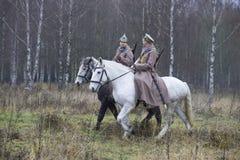 两红军战士在森林 库存照片