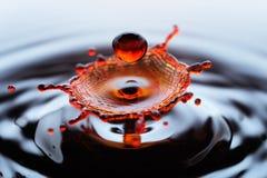 两红色下跌的水下落的碰撞作用-飞溅声 免版税库存照片