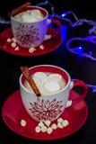 两红色和白色杯子用热巧克力和蛋白软糖 库存图片