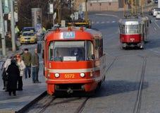 两红色和白色葡萄酒电车,平衡光 免版税库存图片