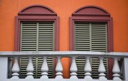 两红色在阳台的Windows 库存照片