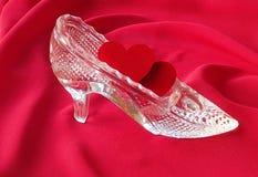 两红色心脏在水晶鞋子 库存图片
