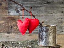 两红色心脏枝杈板生锈的锡 免版税图库摄影