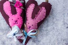 两红色心脏用在雪的兔子 库存图片