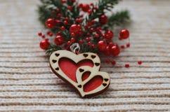 两红色心脏由木头制成在羊毛编织背景 免版税图库摄影