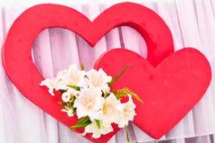 两红色心脏装饰 日凹道愉快的例证s华伦泰 库存图片