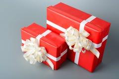 两红色有一条白色丝带和弓的礼物盒 图库摄影