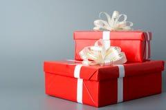 两红色有一条白色丝带和弓的礼物盒 免版税库存照片