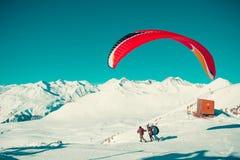 两纵排的滑翔伞在飞行前采取奔跑 五颜六色的降伞 活跃生活方式,极端爱好 滑翔伞乔治亚 冒险家 免版税库存照片