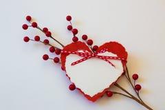 两纸心脏华伦泰栓与丝带在红色莓果一朵对角浪花捉住了  免版税库存图片