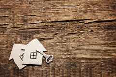 两纸板房子和钥匙在木背景 免版税图库摄影