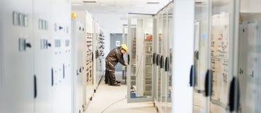 两维护在中转安全系统的工程师工作 免版税库存图片