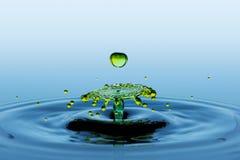 两绿色下跌的水下落的碰撞作用-泼溅物 免版税库存图片
