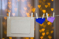 两编织了在晒衣夹的心脏和照片框架 库存照片