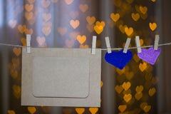 两编织了在晒衣夹的心脏和照片框架 库存图片