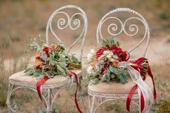 两美丽的五颜六色的婚礼花束 库存图片