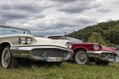 两美国葡萄酒汽车,两辆汽车 免版税库存照片